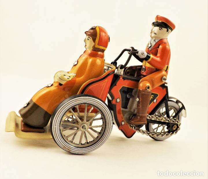 Juguetes antiguos de hojalata: Moto de hojalata con pasajera. - Foto 2 - 209962247