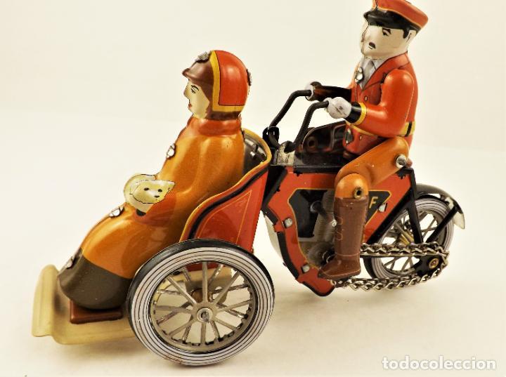 Juguetes antiguos de hojalata: Moto de hojalata con pasajera. - Foto 3 - 209962247