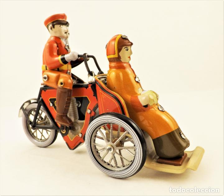 Juguetes antiguos de hojalata: Moto de hojalata con pasajera. - Foto 4 - 209962247