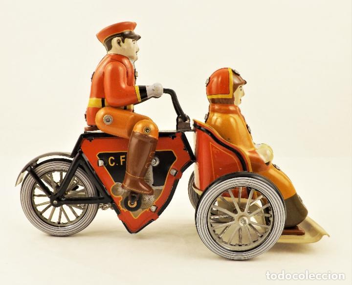 Juguetes antiguos de hojalata: Moto de hojalata con pasajera. - Foto 5 - 209962247