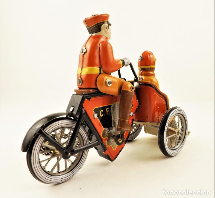 Juguetes antiguos de hojalata: Moto de hojalata con pasajera. - Foto 6 - 209962247