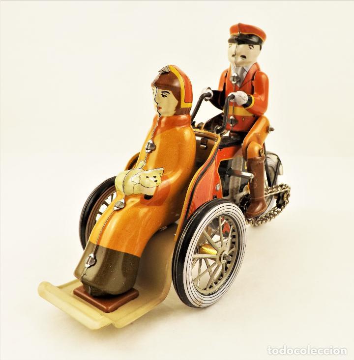 Juguetes antiguos de hojalata: Moto de hojalata con pasajera. - Foto 7 - 209962247