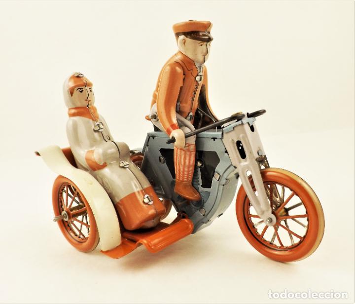 Juguetes antiguos de hojalata: Moto con pasajera sidecar. Hojalata a cuerda - Foto 2 - 209962386