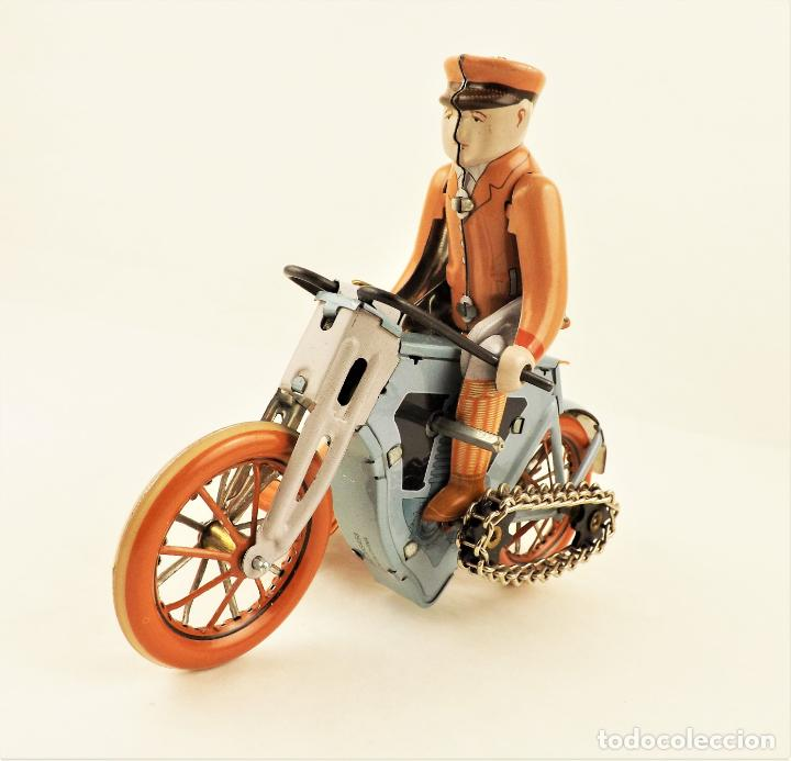 Juguetes antiguos de hojalata: Moto con pasajera sidecar. Hojalata a cuerda - Foto 3 - 209962386