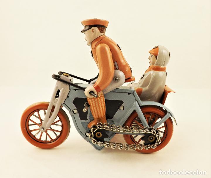 Juguetes antiguos de hojalata: Moto con pasajera sidecar. Hojalata a cuerda - Foto 4 - 209962386