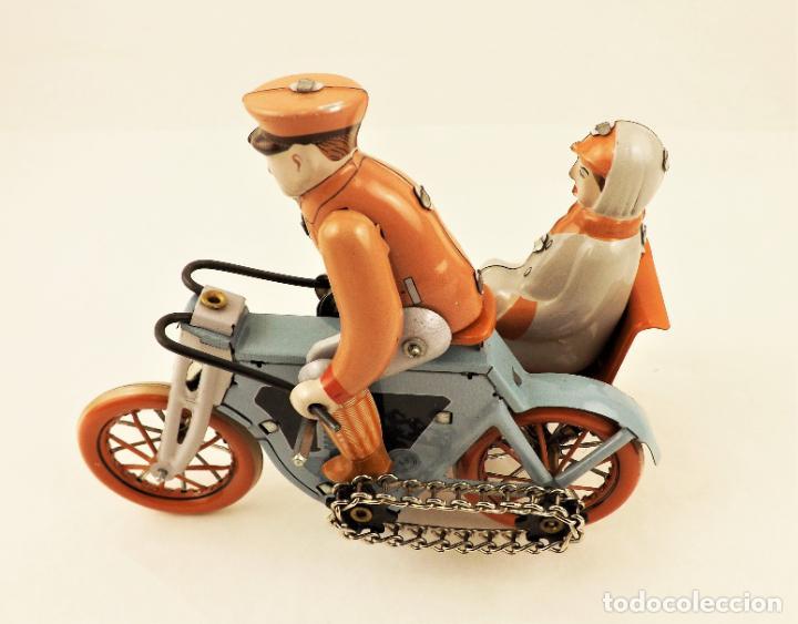Juguetes antiguos de hojalata: Moto con pasajera sidecar. Hojalata a cuerda - Foto 5 - 209962386