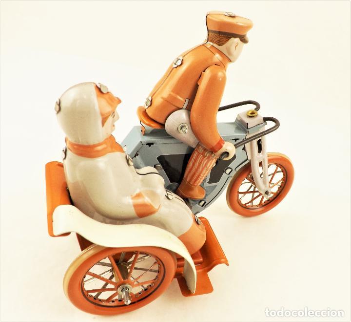 Juguetes antiguos de hojalata: Moto con pasajera sidecar. Hojalata a cuerda - Foto 6 - 209962386