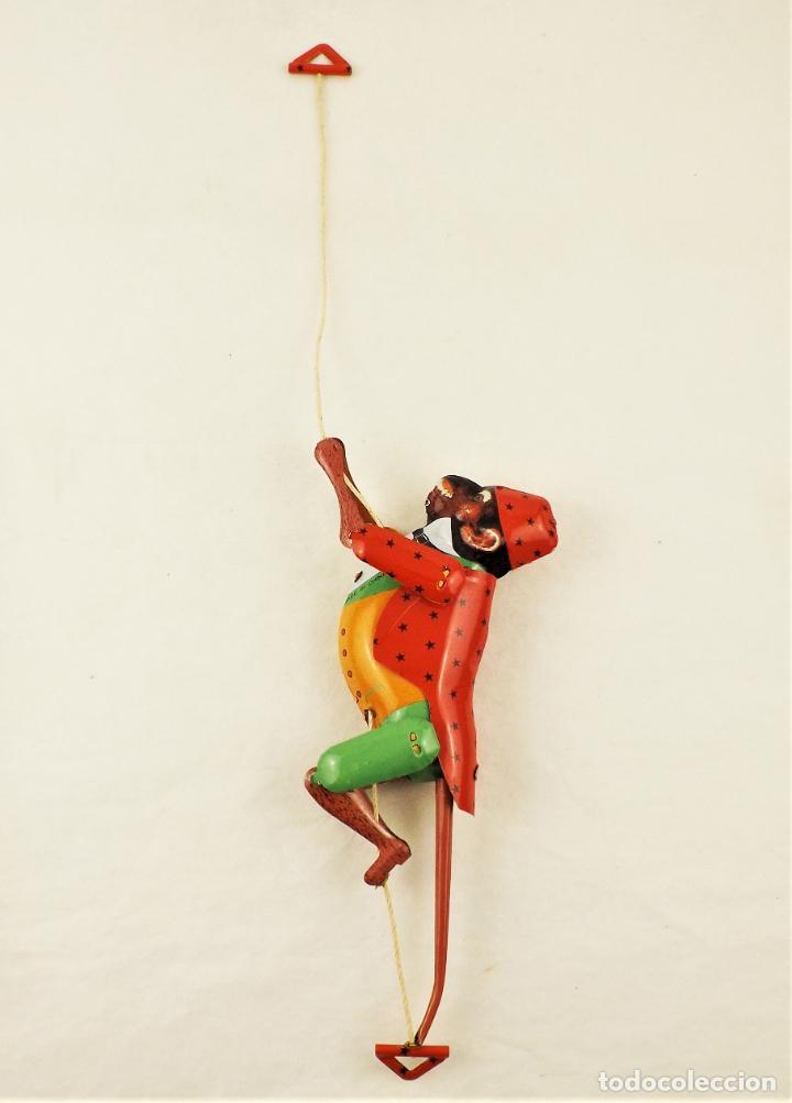 Juguetes antiguos de hojalata: Mono que sube la cuerda. Hojalata. - Foto 2 - 209963170