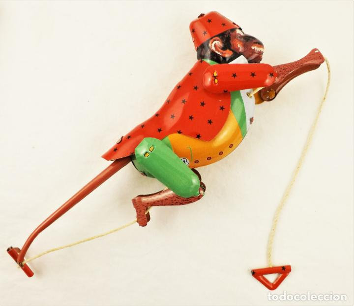 Juguetes antiguos de hojalata: Mono que sube la cuerda. Hojalata. - Foto 4 - 209963170
