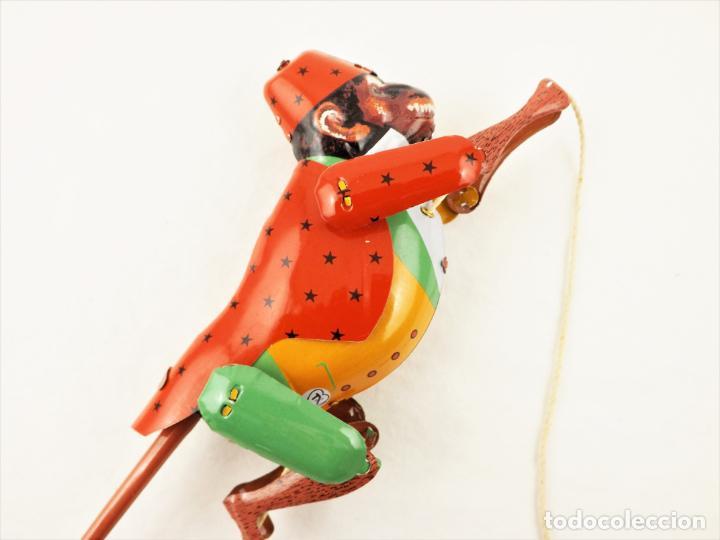 Juguetes antiguos de hojalata: Mono que sube la cuerda. Hojalata. - Foto 5 - 209963170