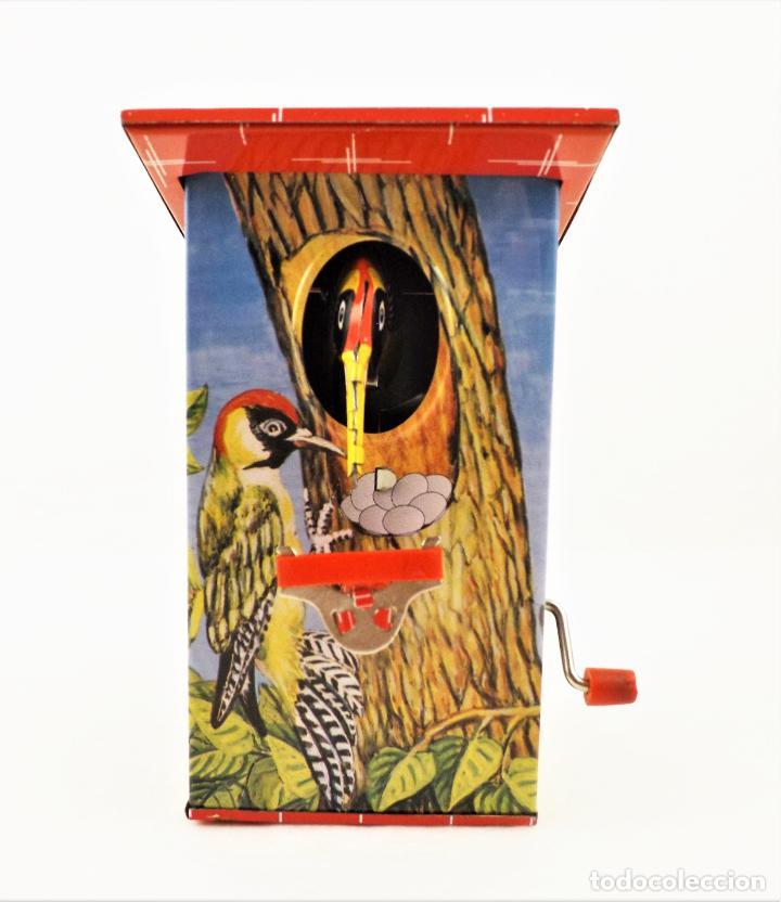Juguetes antiguos de hojalata: Hucha a resorte manual de hojalata litografiada - Foto 4 - 209963715