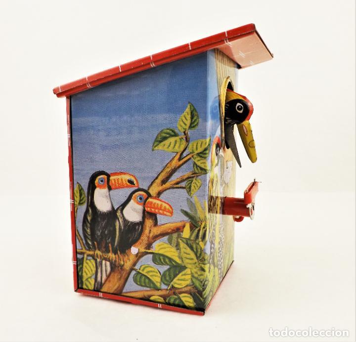 Juguetes antiguos de hojalata: Hucha a resorte manual de hojalata litografiada - Foto 5 - 209963715