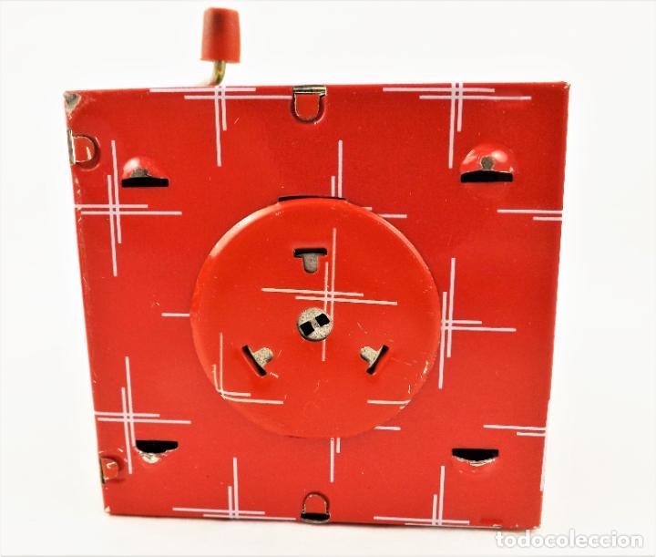 Juguetes antiguos de hojalata: Hucha a resorte manual de hojalata litografiada - Foto 6 - 209963715