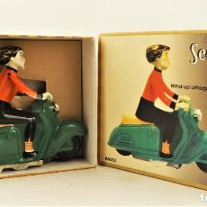 Juguetes antiguos de hojalata: HOJALATA JUGUETE A CUERDA MOTO SCOOTER GIRL. Lote 210225782
