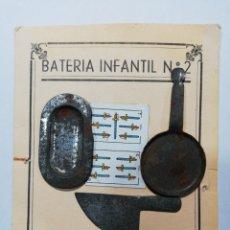 Juguetes antiguos de hojalata: BATERÍA INFANTIL EN PANOPLIA. Lote 213615987