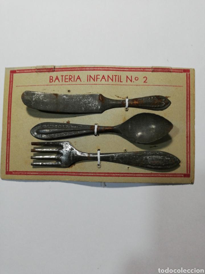 BATERÍA INFANTIL EN PANOPLIA (Juguetes - Juguetes Antiguos de Hojalata Españoles)