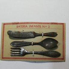 Juguetes antiguos de hojalata: BATERÍA INFANTIL EN PANOPLIA. Lote 213616372