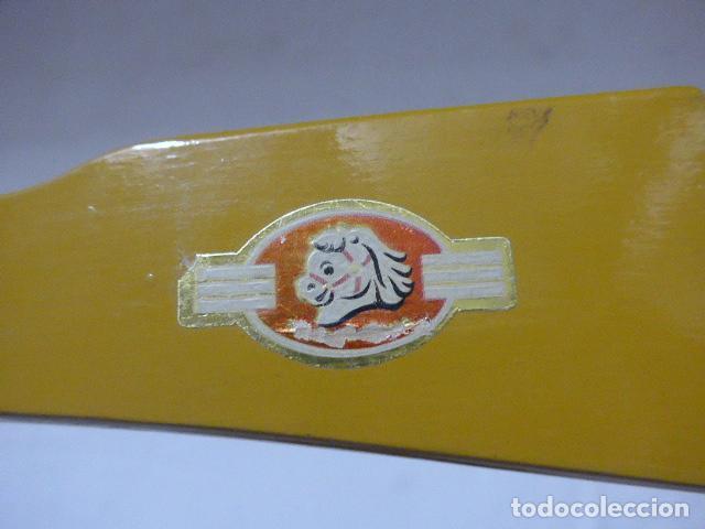 Juguetes antiguos de hojalata: Antigua escopeta de juguete a cuerda dando a la manivela hace ruido disparos. Madera y hojalata. - Foto 2 - 213660787