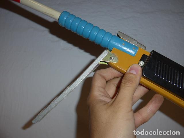 Juguetes antiguos de hojalata: Antigua escopeta de juguete a cuerda dando a la manivela hace ruido disparos. Madera y hojalata. - Foto 3 - 213660787