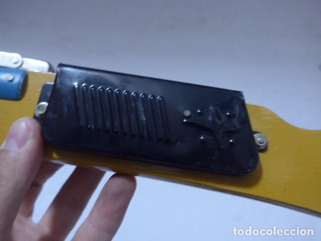 Juguetes antiguos de hojalata: Antigua escopeta de juguete a cuerda dando a la manivela hace ruido disparos. Madera y hojalata. - Foto 4 - 213660787