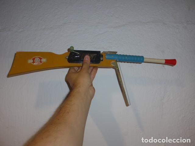 Juguetes antiguos de hojalata: Antigua escopeta de juguete a cuerda dando a la manivela hace ruido disparos. Madera y hojalata. - Foto 5 - 213660787