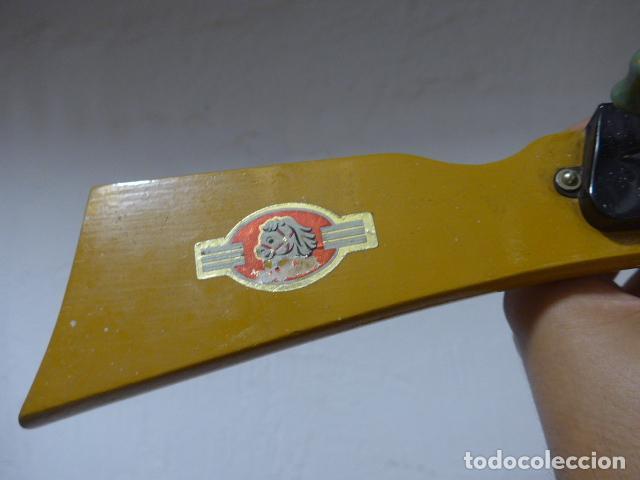 Juguetes antiguos de hojalata: Antigua escopeta de juguete a cuerda dando a la manivela hace ruido disparos. Madera y hojalata. - Foto 7 - 213660787