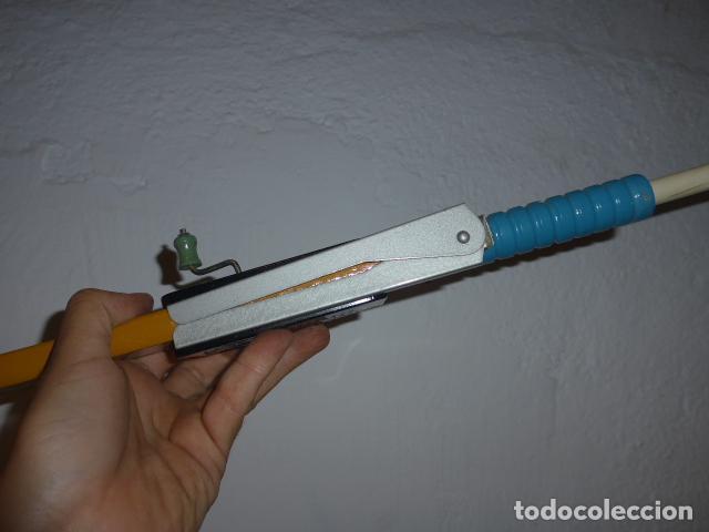 Juguetes antiguos de hojalata: Antigua escopeta de juguete a cuerda dando a la manivela hace ruido disparos. Madera y hojalata. - Foto 9 - 213660787