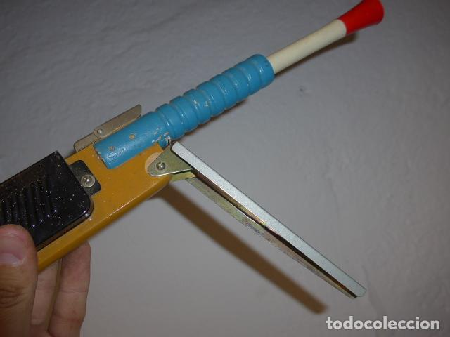 Juguetes antiguos de hojalata: Antigua escopeta de juguete a cuerda dando a la manivela hace ruido disparos. Madera y hojalata. - Foto 10 - 213660787