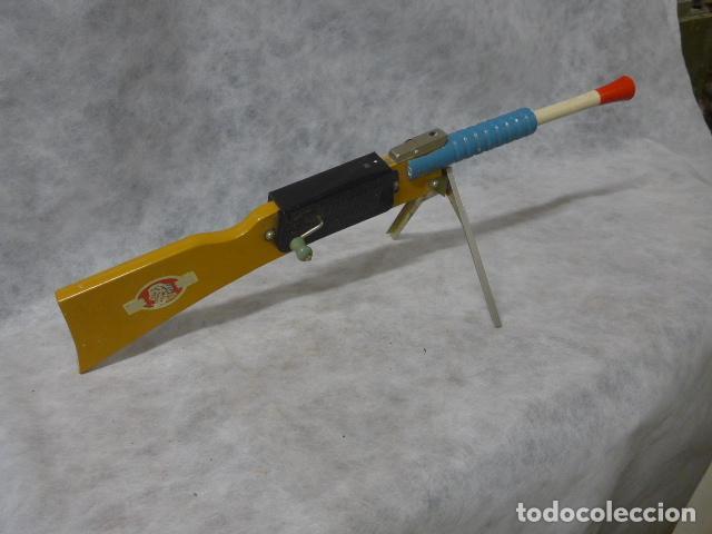 Juguetes antiguos de hojalata: Antigua escopeta de juguete a cuerda dando a la manivela hace ruido disparos. Madera y hojalata. - Foto 11 - 213660787
