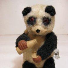 Juguetes antiguos de hojalata: OSO PANDA BEBIENDO LECHE, A CUERDA FUNCIONA PERFECTAMENTE - JAPAN 1950/60. Lote 217276610