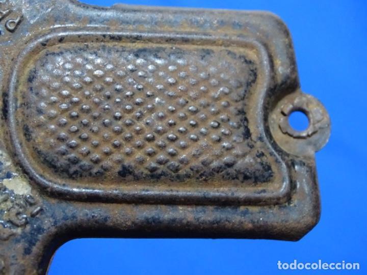 Juguetes antiguos de hojalata: Antigua pistola metal bombarde.made in france.paris.de metal.funciona.Única. - Foto 6 - 217390705