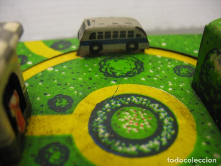 Juguetes antiguos de hojalata: bonito juguete pista con seis autobuses - Foto 2 - 218246337