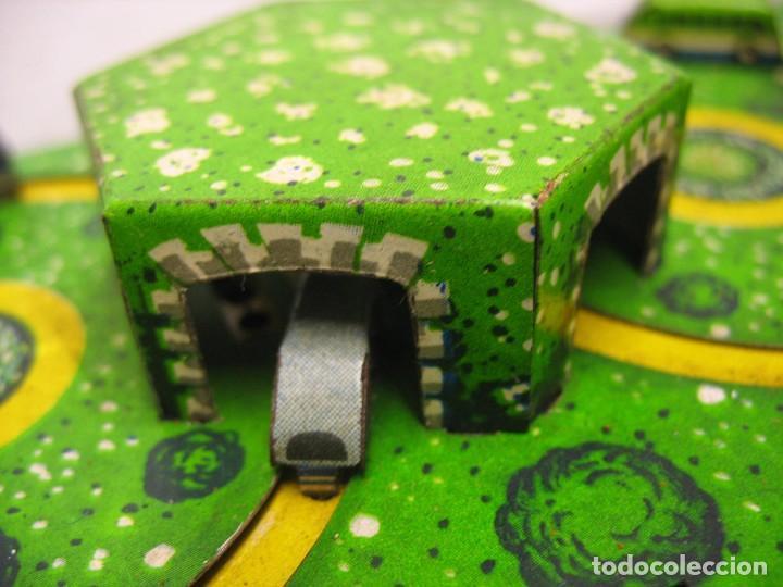 Juguetes antiguos de hojalata: bonito juguete pista con seis autobuses - Foto 3 - 218246337