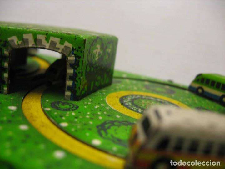 Juguetes antiguos de hojalata: bonito juguete pista con seis autobuses - Foto 4 - 218246337