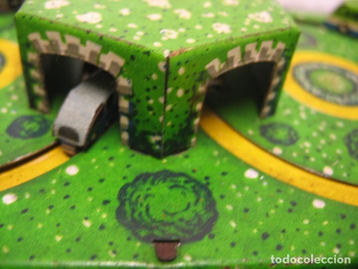 Juguetes antiguos de hojalata: bonito juguete pista con seis autobuses - Foto 5 - 218246337