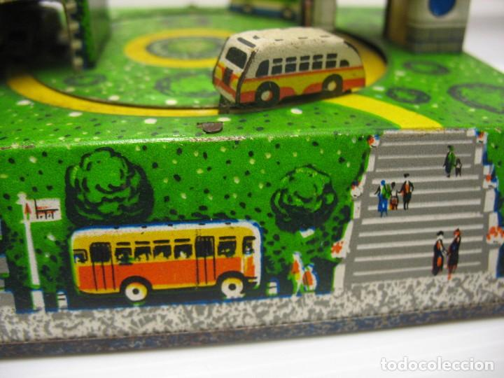 Juguetes antiguos de hojalata: bonito juguete pista con seis autobuses - Foto 6 - 218246337