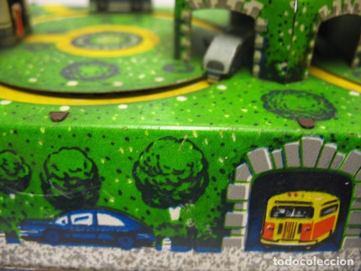 Juguetes antiguos de hojalata: bonito juguete pista con seis autobuses - Foto 7 - 218246337