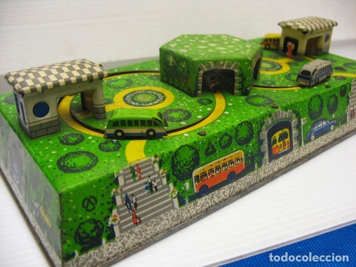 Juguetes antiguos de hojalata: bonito juguete pista con seis autobuses - Foto 9 - 218246337