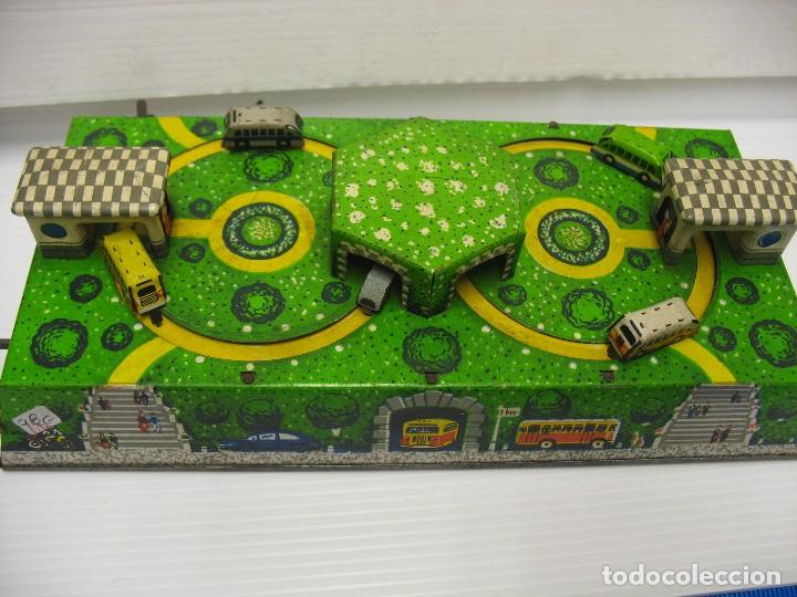 Juguetes antiguos de hojalata: bonito juguete pista con seis autobuses - Foto 10 - 218246337
