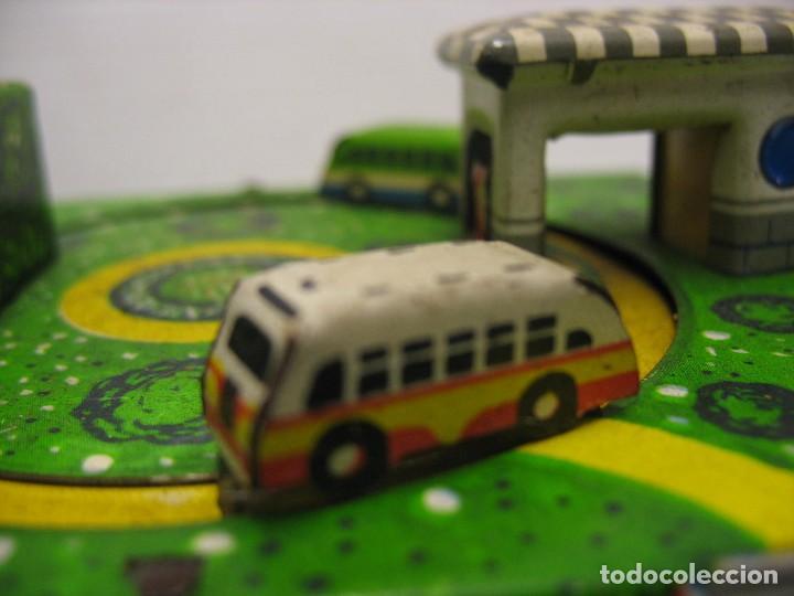Juguetes antiguos de hojalata: bonito juguete pista con seis autobuses - Foto 11 - 218246337
