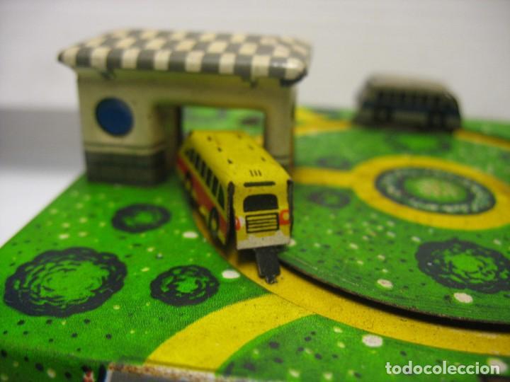 Juguetes antiguos de hojalata: bonito juguete pista con seis autobuses - Foto 12 - 218246337