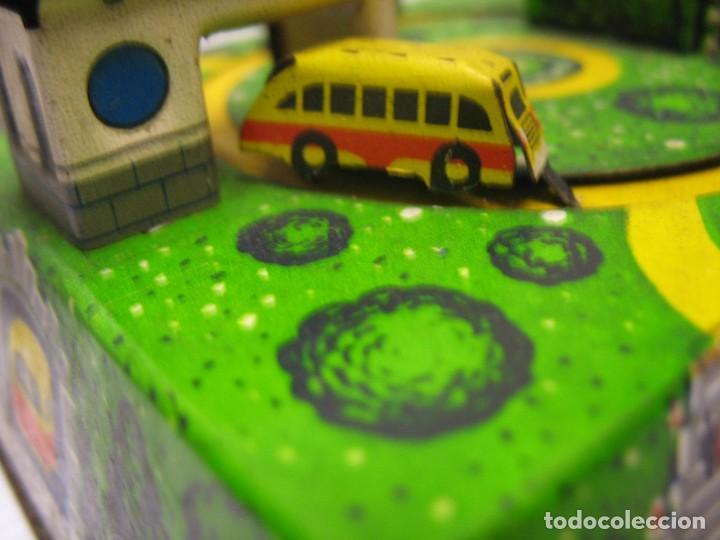 Juguetes antiguos de hojalata: bonito juguete pista con seis autobuses - Foto 13 - 218246337