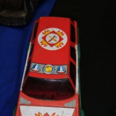 Juguetes antiguos de hojalata: COCHE DE BOMBERO DE FRICCIÓN ESPAÑOL. Lote 218961958