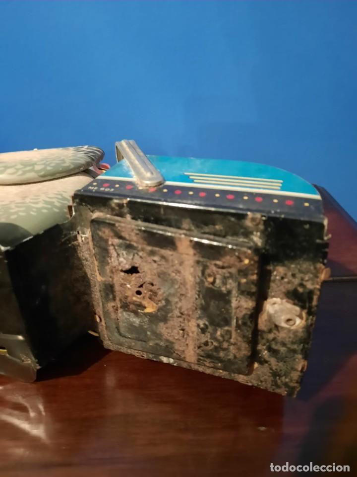 Juguetes antiguos de hojalata: Gallina ponedora, años 30-40 - Foto 3 - 219351981