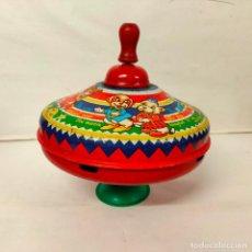 Juguetes antiguos de hojalata: PEONZA DE HOJALATA ZUMBADORA. MADE IN ENGLAND, AÑOS 60. 18 CMS DE DIAMETRO.. Lote 220981577