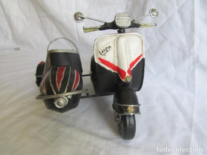 Juguetes antiguos de hojalata: Vespa de chapa con sidecar - Foto 2 - 221392041