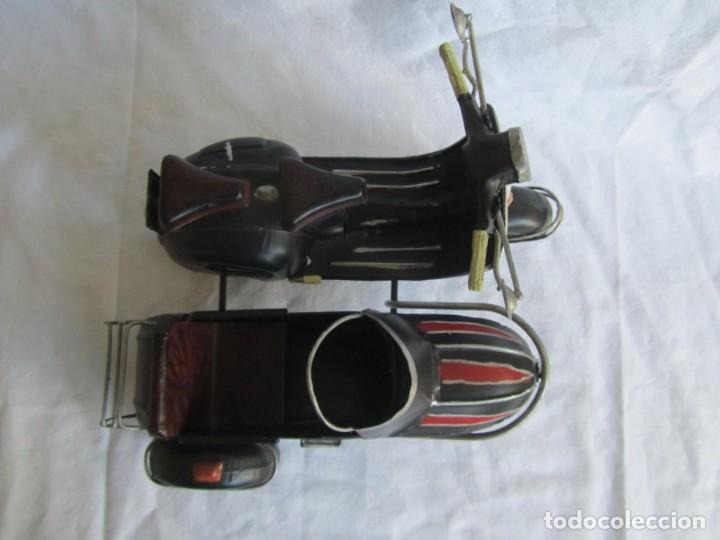 Juguetes antiguos de hojalata: Vespa de chapa con sidecar - Foto 3 - 221392041