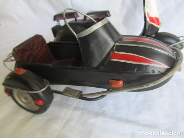 Juguetes antiguos de hojalata: Vespa de chapa con sidecar - Foto 4 - 221392041
