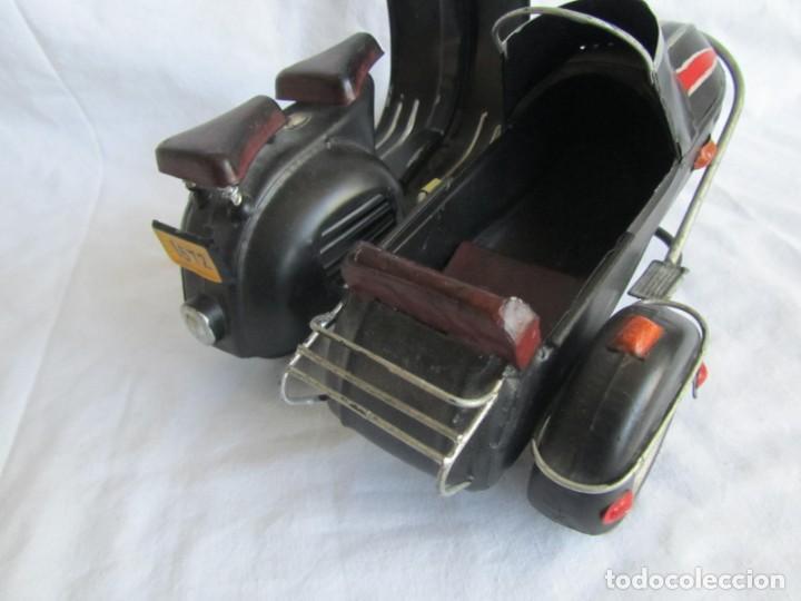 Juguetes antiguos de hojalata: Vespa de chapa con sidecar - Foto 5 - 221392041