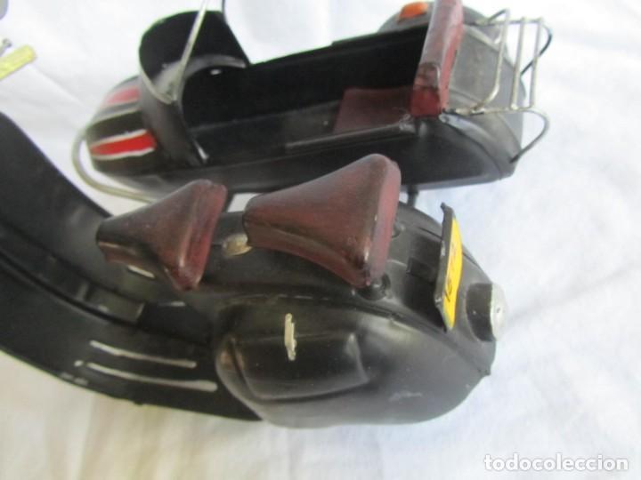 Juguetes antiguos de hojalata: Vespa de chapa con sidecar - Foto 6 - 221392041